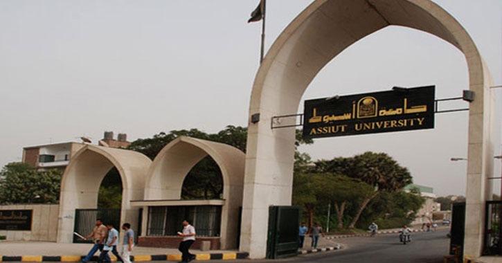 طالب يعتدي على دكتور بـ«مشرط» داخل المدرج في جامعة أسيوط