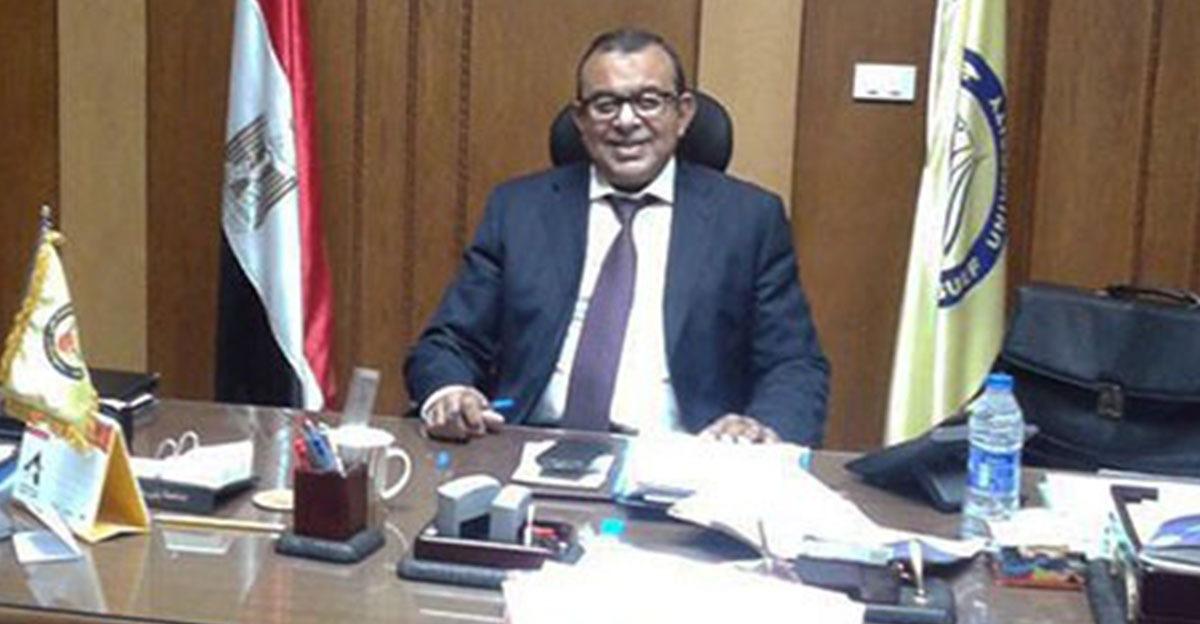 نائب رئيس جامعة بني سويف يتحدث عن عقاب المراقبين في لجان الامتحانات بسبب «المحمول»