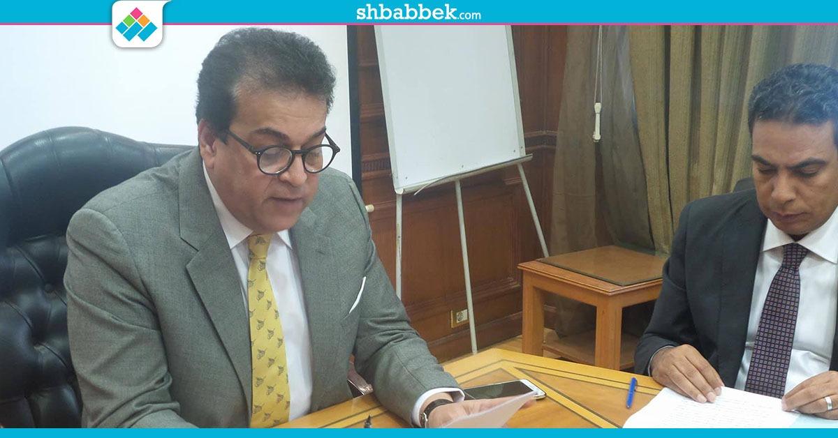 وزير التعليم العالي يُجيب على تساؤلات متابعي صفحة الوزارة بموقع «فيس بوك» «فيديو»