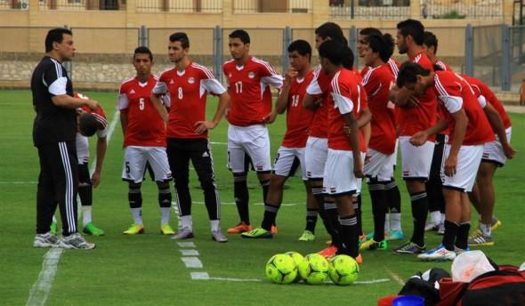 مدرب منتخب مصر يبحث عن لاعبين على فيس بوك: «برجاء التواصل خاص»