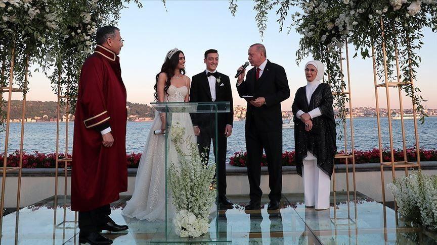 جدل جديد في ألمانيا بسبب صور أردوغان في زفاف أوزيل.. (فيديو)