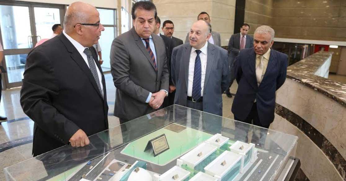 وزير التعليم العالي يستعرض تقريرًا حول الجامعات المصرية في تصنيف تايمز