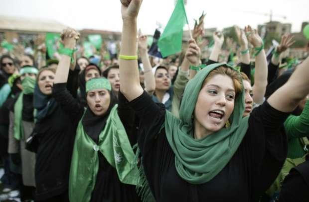 فتيات إيرانيات في تظاهرات الحركة الخضراء عام 2009