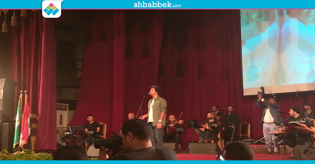 محمد محسن يبدأ حفل جامعة القاهرة بـ«السلام الجمهوري»