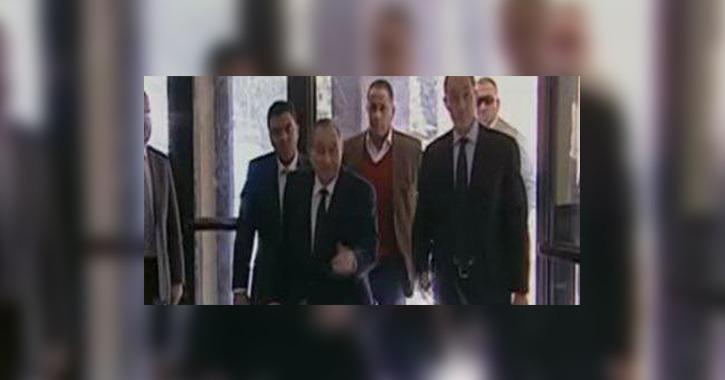 مبارك في أول ظهور له يسير على قدميه (فيديو)
