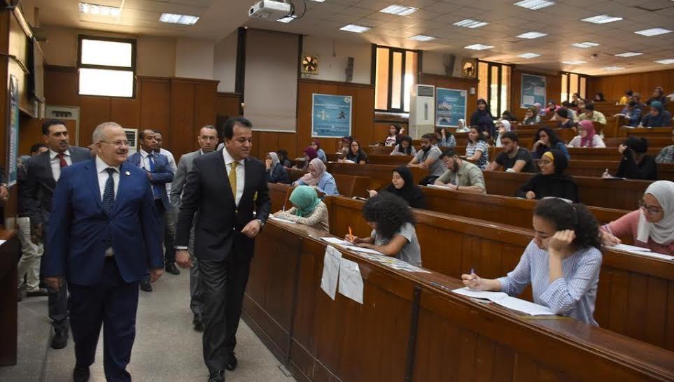 وزير التعليم العالي ورئيس جامعة القاهرة يتفقدان سير الامتحانات بالكليات