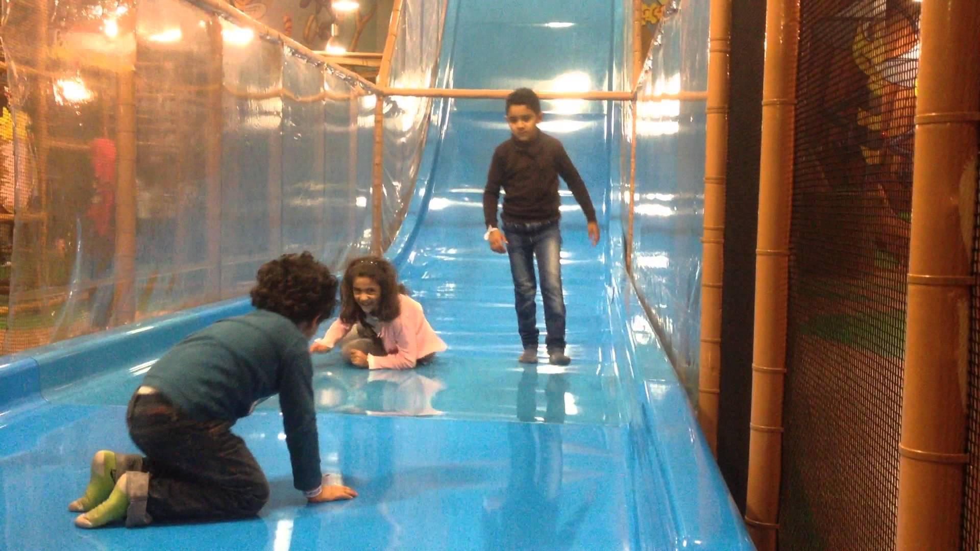 أطفال يلعبون لعبة التزحلق بملاهي بيلي بيز بمول العرب