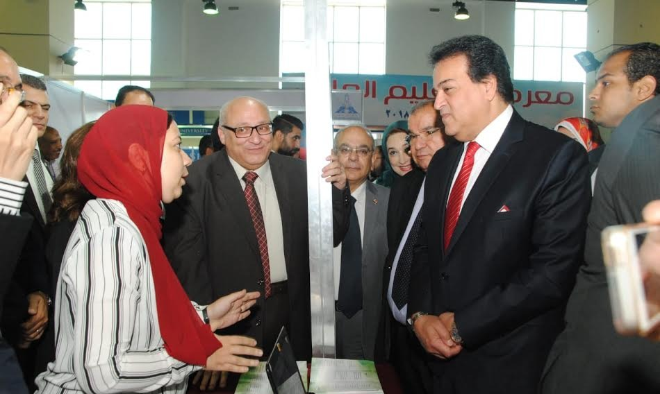 الوزير يفتتح معرض التعليم العالي الثالث «صور»