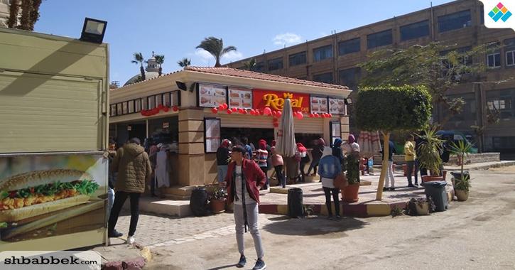 في الفلانتين.. أحضان وهدايا على أبواب جامعة القاهرة (صور)
