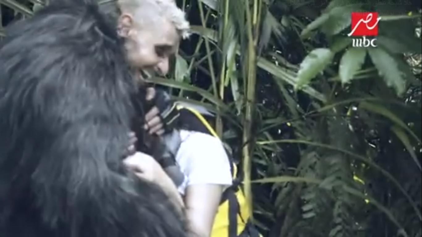 رامز جلال يحتضن حلا شيحة بعد بكاءها بسبب غوريلا «رامز في الشلال»