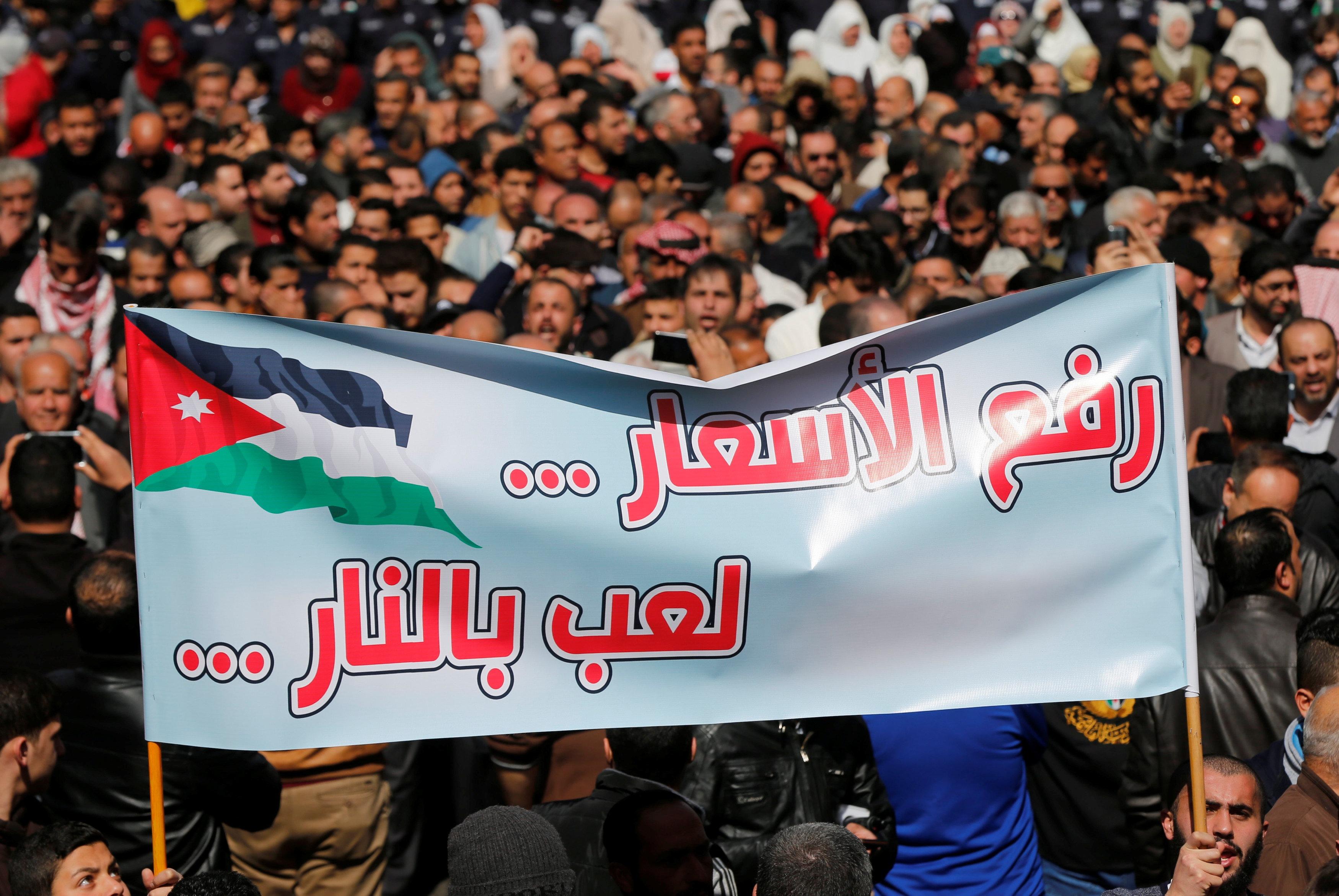 استقالة الحكومة الأردنية بعد المظاهرات المعارضة لغلاء «البنزين»