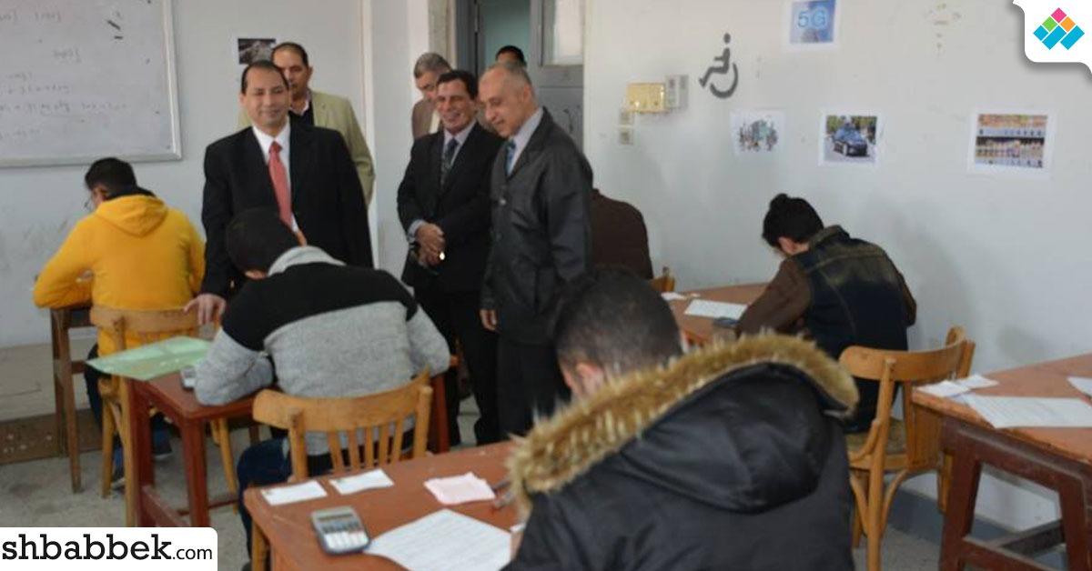 رئيس جامعة بورسعيد يتفقد الامتحانات.. وتربية رياضية توفر غرفة لجمع الهواتف من الطلاب
