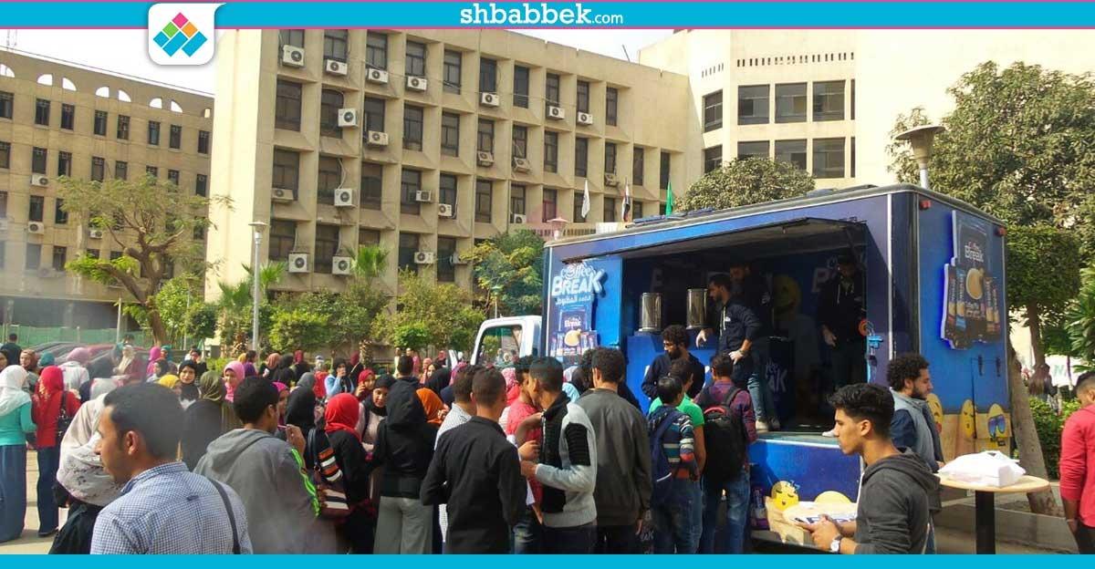 نسكافيه وكابتشينو ببلاش.. «Coffe Break» توزع منتجاتها بجامعة القاهرة (صور)