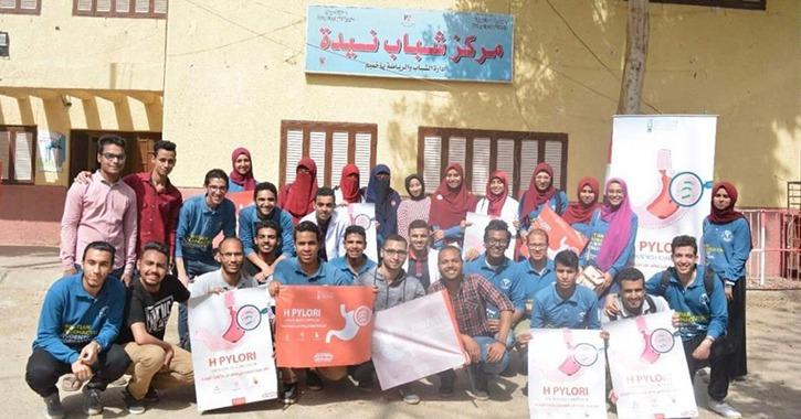 كلية الصيدلة جامعة سوهاج تنظم حملة توعية بخطورة جرثومة المعدة بقرية «نيدة»