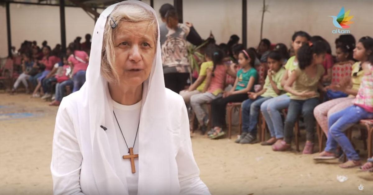 سيدة مصرية عمرها 100 عام ساعدت 30 ألف عائلة وأسست 92 مدرسة (فيديو)