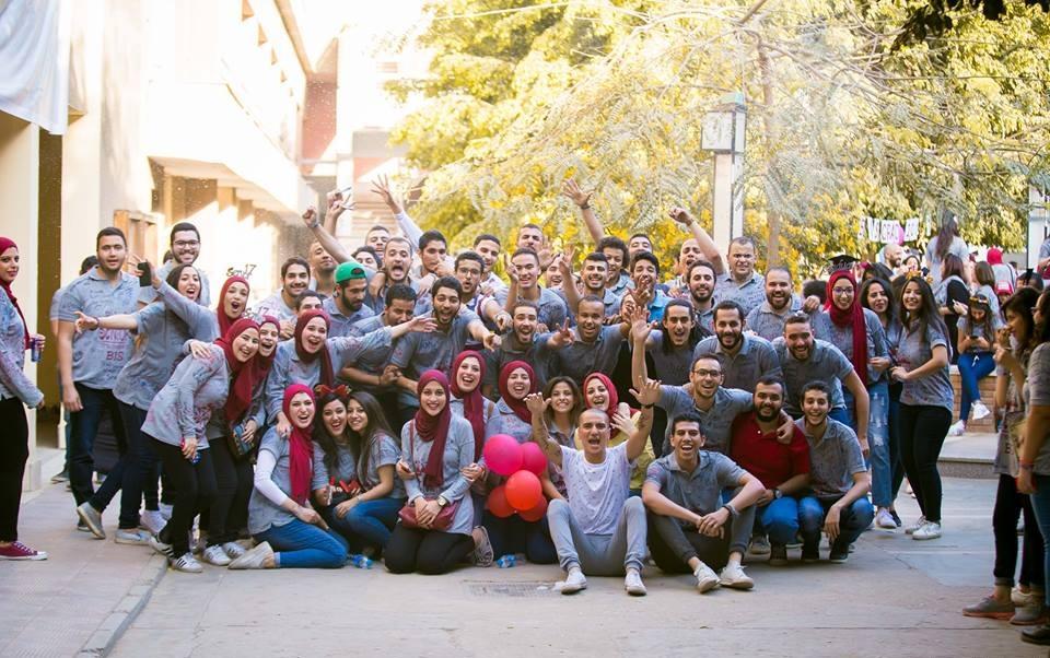 حفلة تخرج استثنائية في جامعة حلوان.. الطلاب يكافئون «عم ياسر» برحلة عمرة