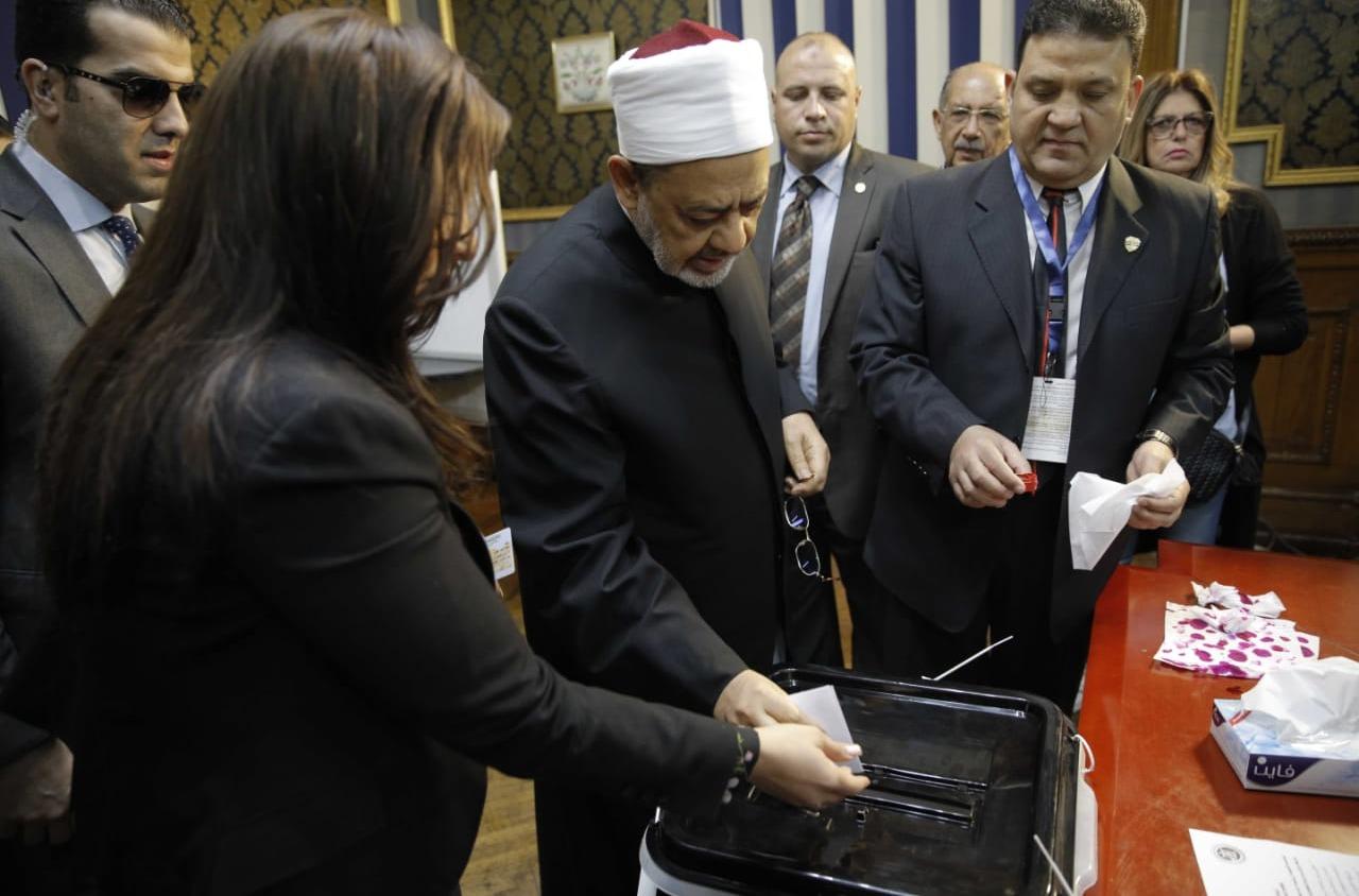 شيخ الأزهر يدلي بصوته في الاستفتاء على التعديلات الدستورية (صور)