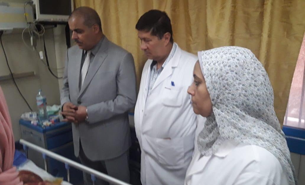 رئيس جامعة الأزهر يزور مرضى مستشفى الحسين الجامعي