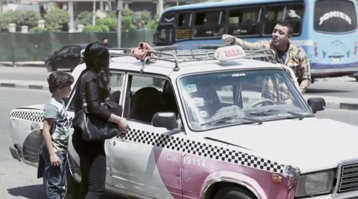 «صدمة» من إهانة سائق تاكسي لسيدة وطفلها (فيديو)