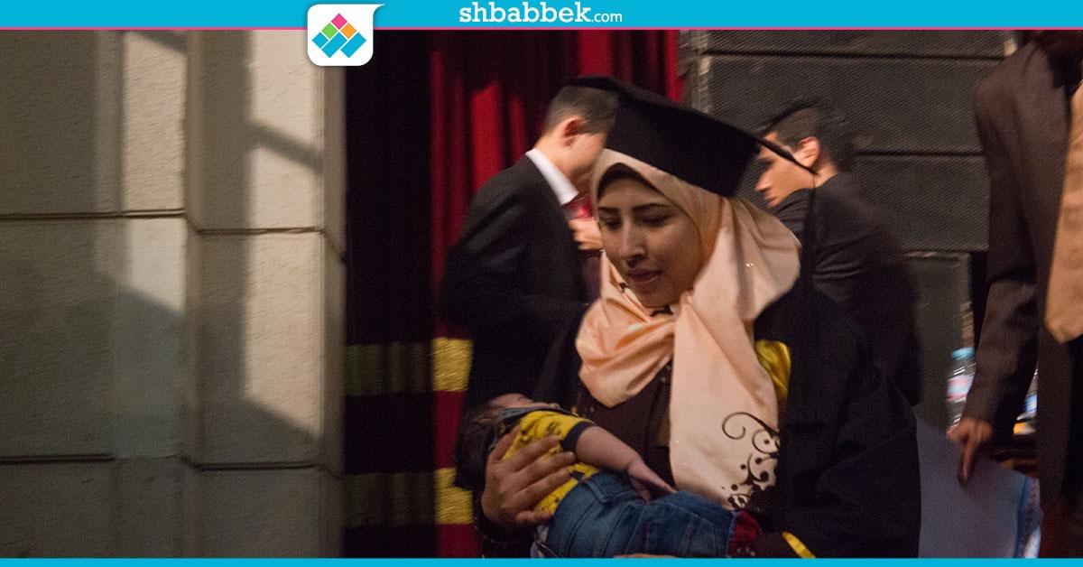في جامعة القاهرة.. طالبة تحصل على شهادة التخرج وهي تحمل طفلها (صور)