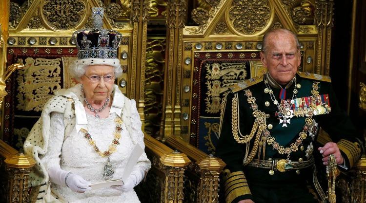 «الجلوس مع الصينيين يضيّق العيون».. أشهر التعليقات الكوميدية لزوج ملكة إنجلترا