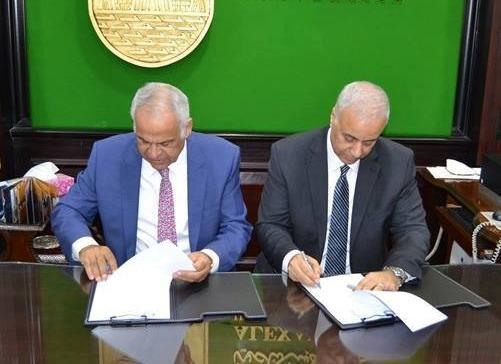 رئيس جامعة الاسكندرية توقع اتفاقية تعاون مع نادي سموحة