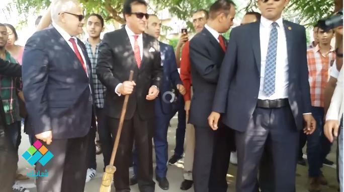 وزير التعليم العالي يشارك العمال في «كنس» حرم جامعة القاهرة .. ما تعليقك؟