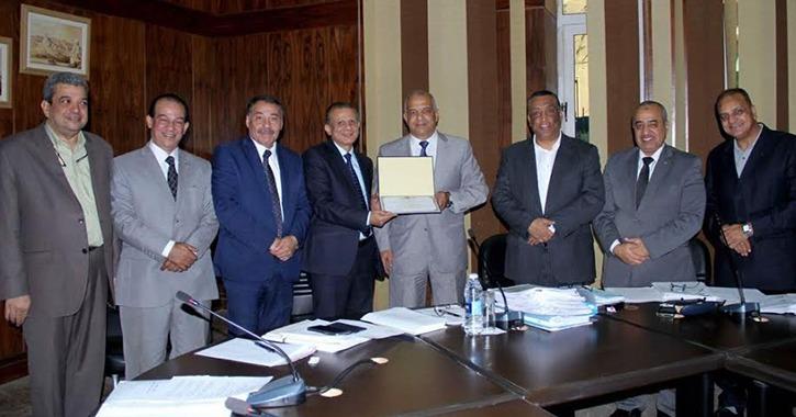 تكريم وكيل كلية التربية الرياضية جامعة طنطا لانتهاء كدته القانونية