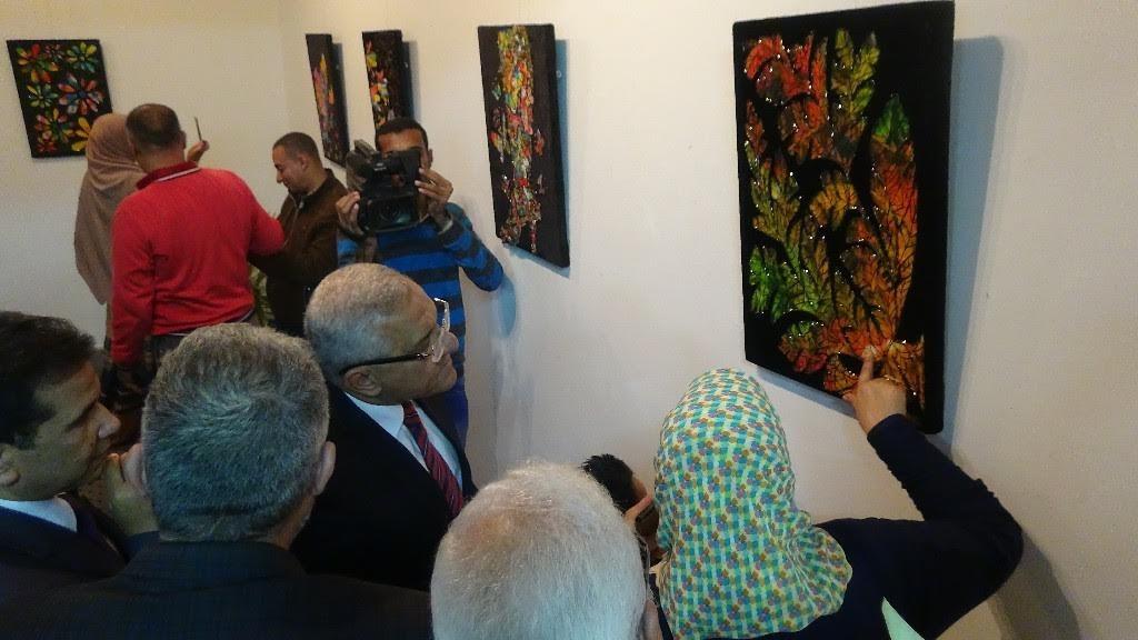 رئيس جامعة المنيا يفتتح معرض «نسمات» للدكتورة أميرة قايد