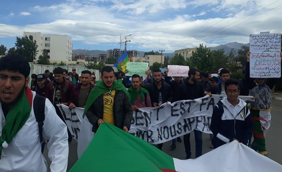 طلاب بالجزائر يتظاهرون ضد الجيش (فيديو)