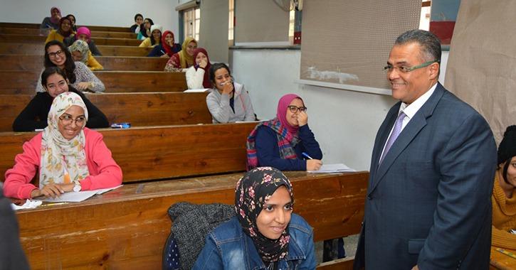 نائب رئيس جامعة عين شمس يتفقد امتحانات كلية البنات
