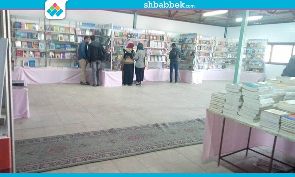 إقبال كبير على قسم الأدب والمرأة في معرض الكتبا بجامعة أسيوط