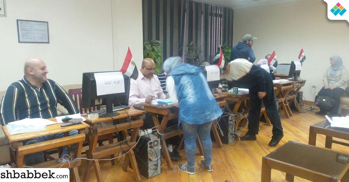 باستخدام الكمبيوتر.. صيدلة عين شمس تسجل أسماء مرشحي اتحاد الطلاب (صور)
