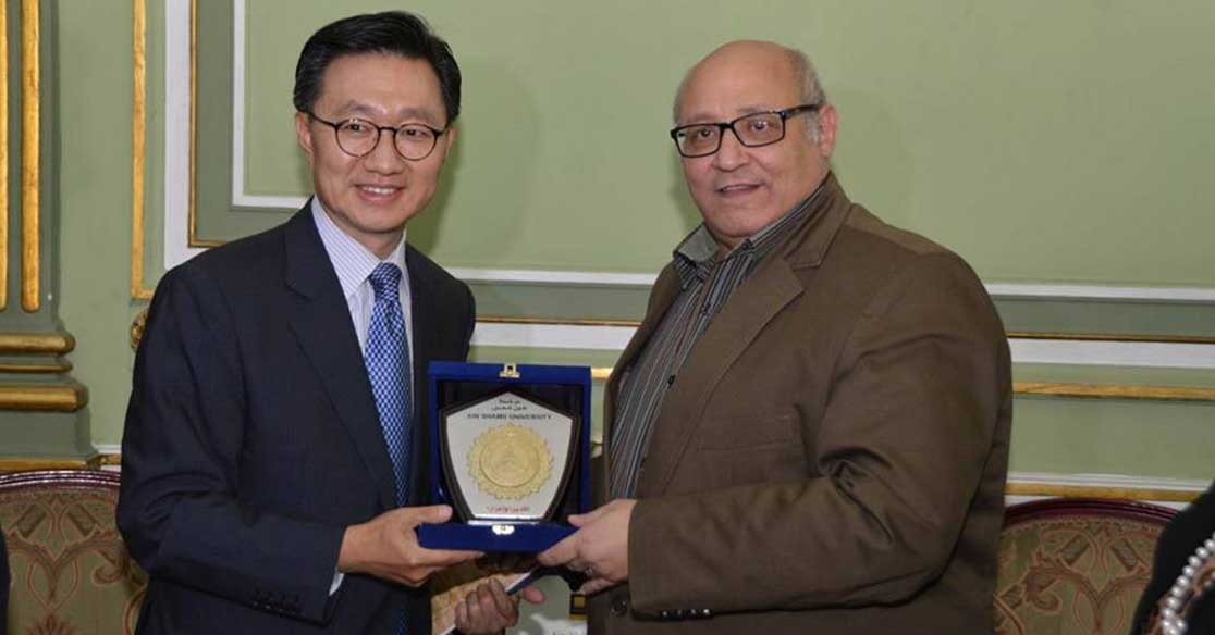 بالصور.. سفير كوريا الجنوبية في جامعة عين شمس