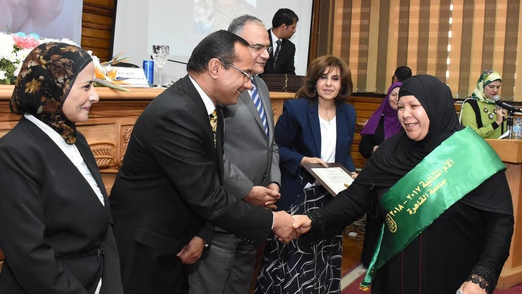 جامعة القاهرة تكرم الأمهات المثاليات (صور)