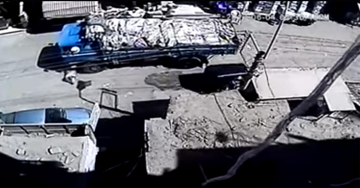 شاب ينتحر بإلقاء نفسه أسفل سيارة نقل في سوهاج (فيديو)