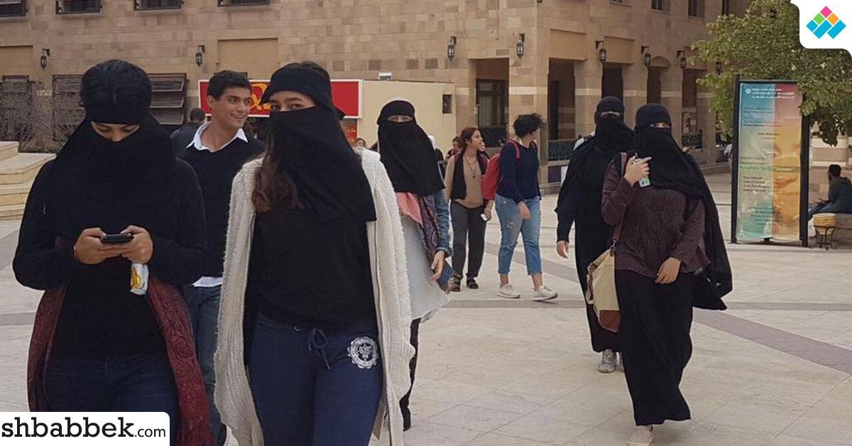 طالبات بالجامعة الأمريكية يتضامنّ مع المنتقبات بعد قرار منع ارتداءه (صور)