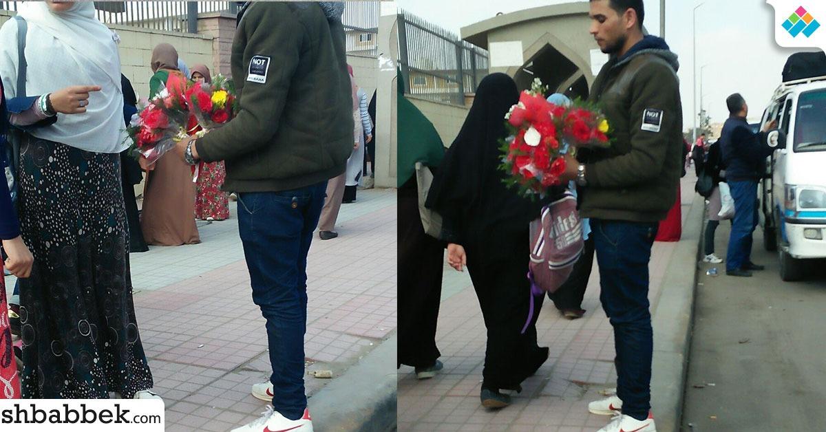 http://shbabbek.com/upload/شاب ينتظر طالبة أمام جامعة الأزهر بـ«الدبدوب».. شاهد صور الحب على أبواب الأزهر