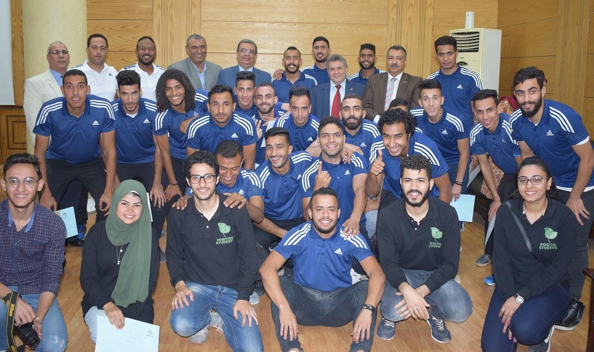 رئيس جامعة بنها يكرم الطلاب الفائزين بالمسابقات الرياضية على مدار العام