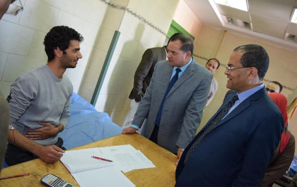 رئيس جامعة سوهاج يزور طالب يمتحن في المستشفى الجامعي