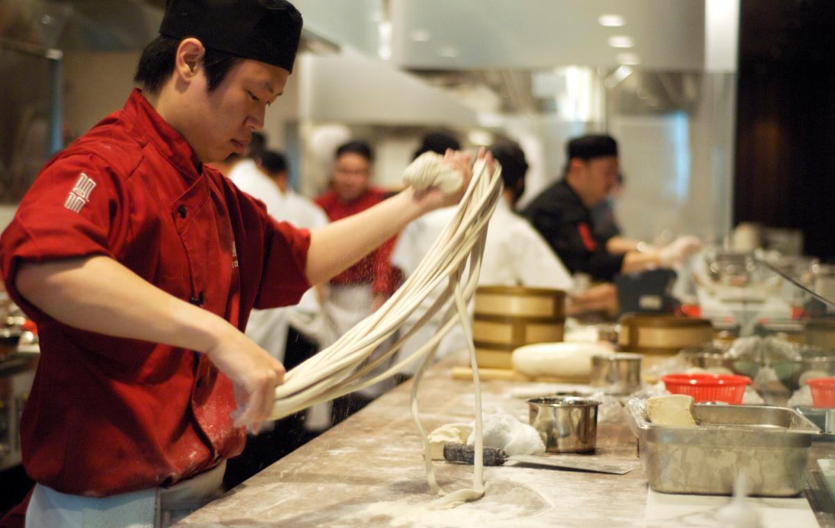بالفيديو.. تحضير النودلز في المطاعم الصينية على أصولها