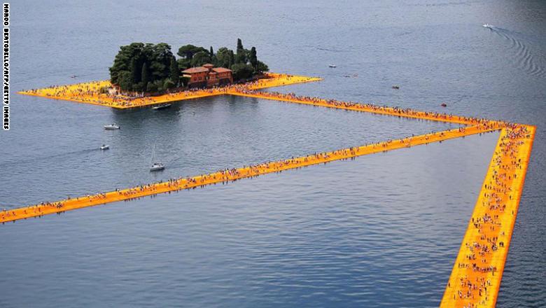 في إيطاليا.. كيف يتمكن الآلاف من السير على سطح الماء؟