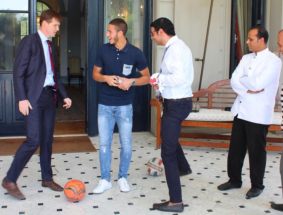 صور  السفير البريطاني بالقاهرة يقلد «وقفة» رمضان صبحي على الكرة