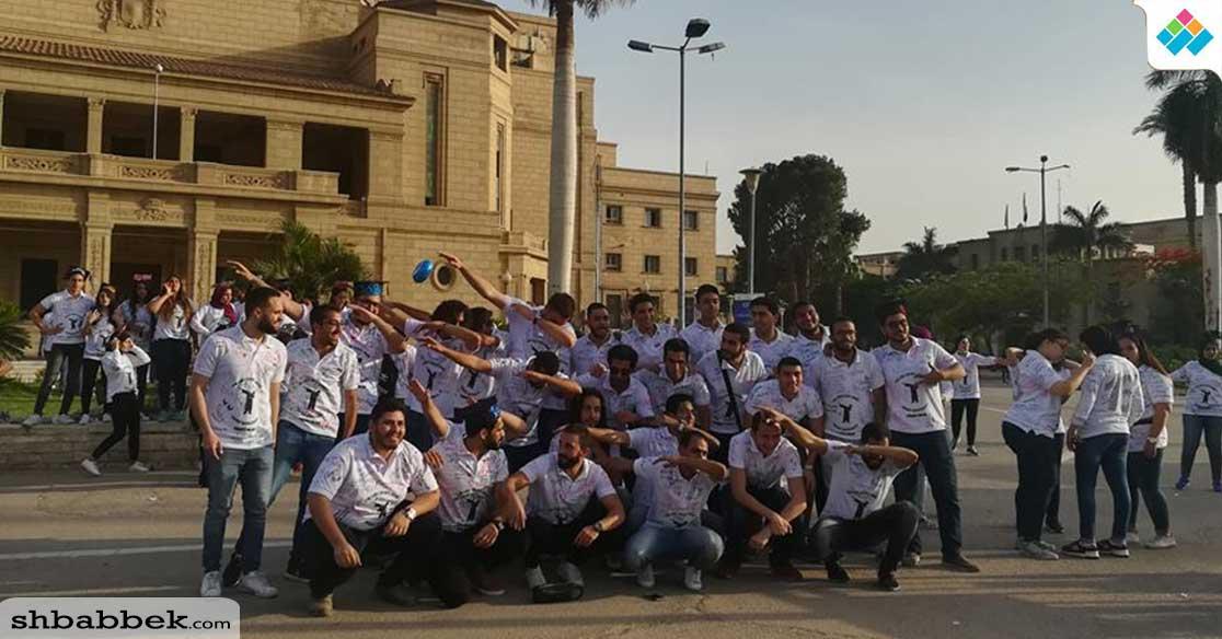 طلاب كلية التجارة جامعة القاهرة بحتفلون بـ«الفوتو داي»(صور)