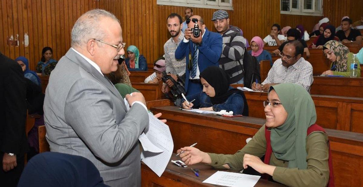 رئيس جامعة القاهرة يتفقد سير لجان الامتحان بالكليات