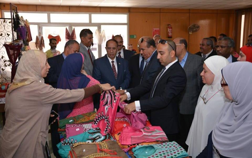 افتتاح معرض ملابس بجامعة أسيوط.. الأسعار من 40 لـ120 جنيه