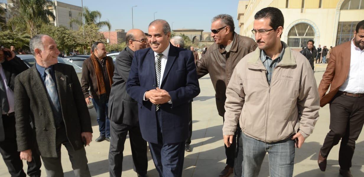 رئيس جامعة الأزهر يوجه بنقل عاملة إلى المستشفى التخصصي بسبب إصابة عمل