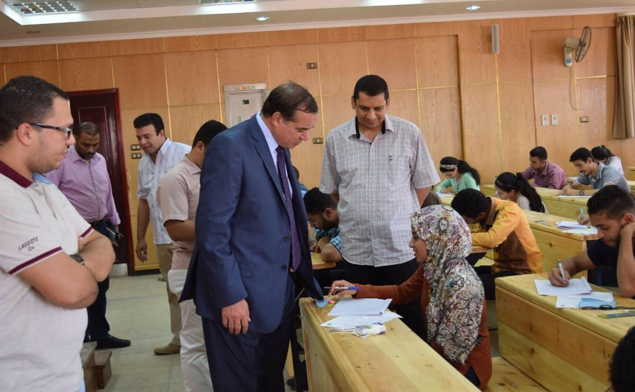رئيس جامعة سوهاج يتابع امتحانات كلية الطب البيطري