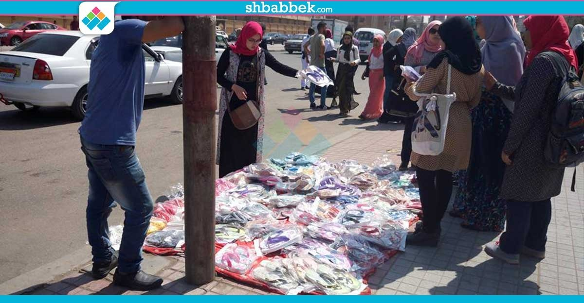 أمن جامعة الأزهر يطرد الباعة الجائلين أمام فرع البنات (فيديو)