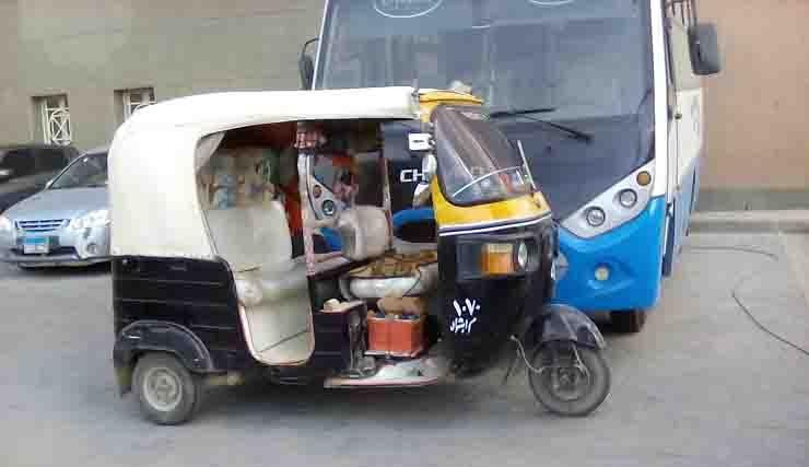 شاهد.. توك توك يحمل ركاب في مطار القاهرة الدولي